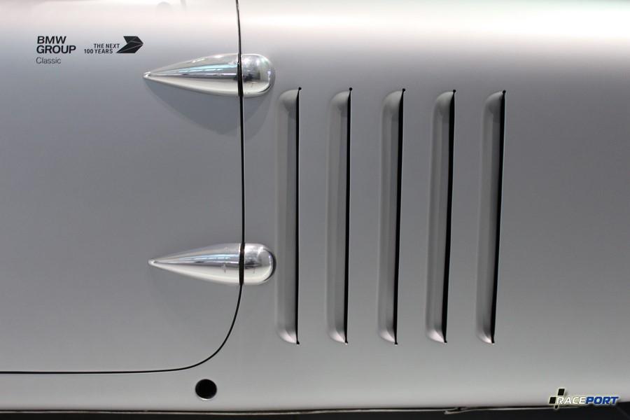 Вид прям как открытка. На фото дверные петли и решетка крыла BMW Kamm