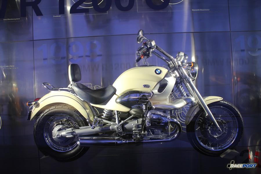 Очень красивый чопер BMW R1200C (1997-2004) модель засветилась в бондиане. 61 л.с. 5000 об/мин. макс. скорость 168 км/ч