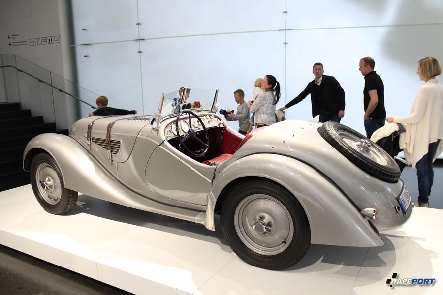 Наикрасивейший родстер BMW 328 Roadster 1939 г. в. машина участвующая в многоччисленных гонках тех лет, включая известную гонку Mille Miglia.