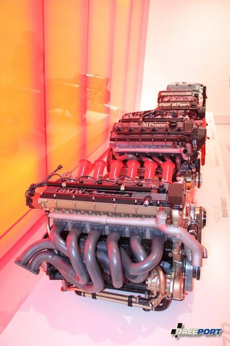 Стенд дорожных двигателей BMW M серии. Экспозиция устроена так, что когда человек становится напротив мотора включается звуковое сопровождение его рева.