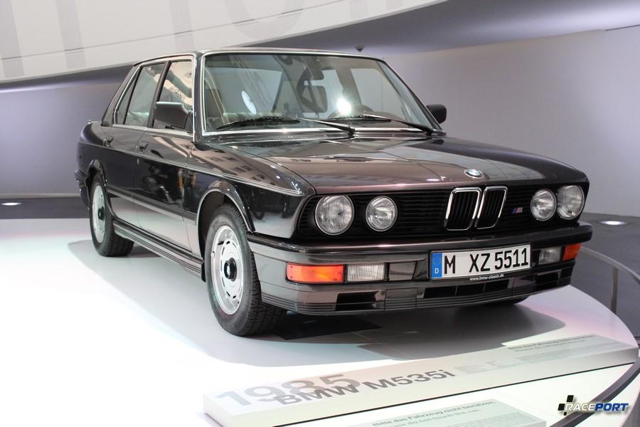 BMW M535i являлась одной из первых моделей дорожного подразделения М, но все еще имела скромный двигатель M30.
