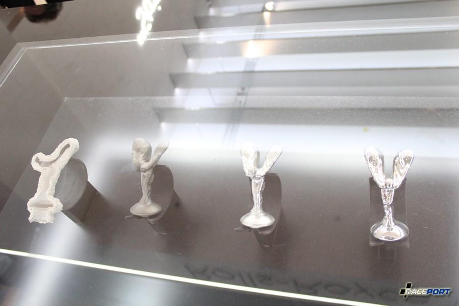 Процесс создания скульптурок от Rolls Royce. Одноразовая форма и уже статуйки после различных полировок.