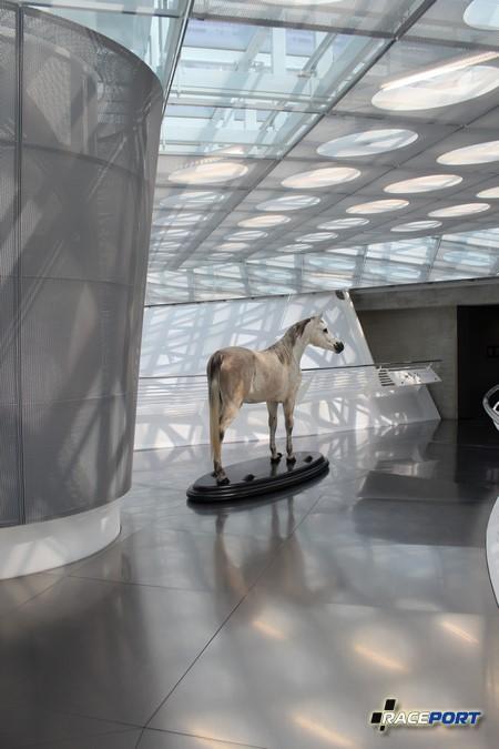 Первый экспонат встречающий посетителей, это чучело лошади именно с нее начался Мерседес :)