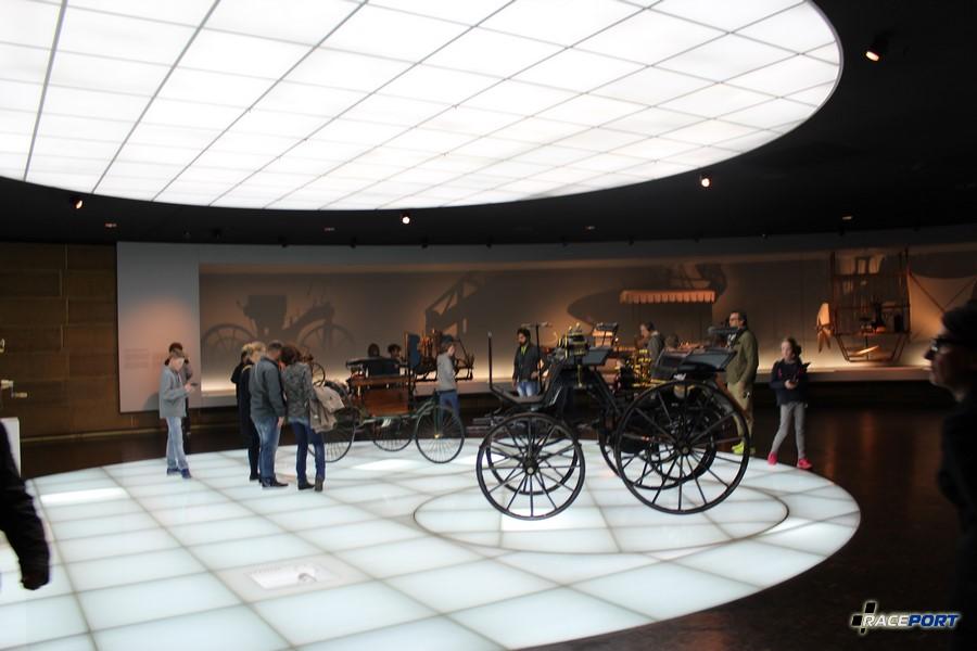 Как и всех немецкий музеев начало идет с верхнего этажа в низ. Поэтому берем аудио гид (на русском), кстати во всех музеях он бесплатный забыл упомянуть это ранее и мчим на самый верх.