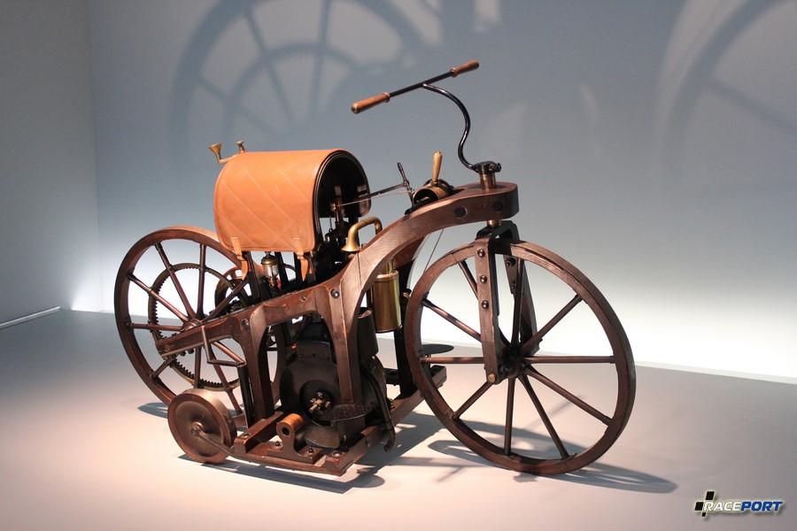 1895 Daimler Reitwagen. 264 куб см. 0,5 л.с. 600об/мин. 12 км/ч. Странно что они пол лошади не сделали первым экспонатом. :)