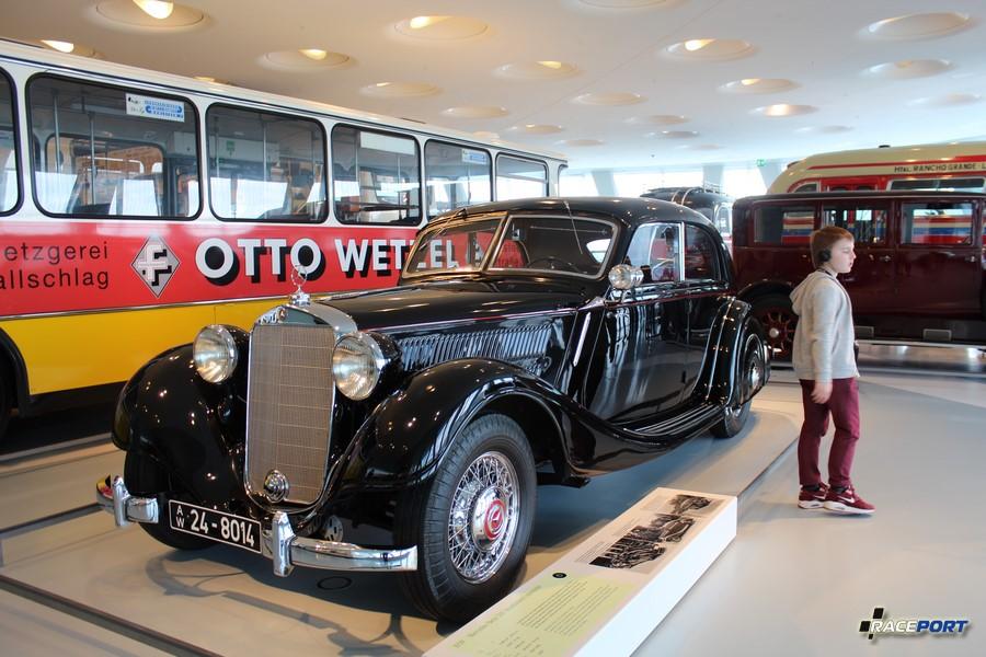 1939 Mercedes Benz 320 Stromlinien Limousine. 6 цил. 3405 куб см. 78 л.с. 4000 об/мин. Макс. скорость 126 км/ч (1937-1942)