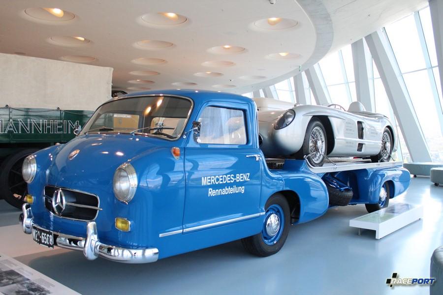 На эвакуаторе Mercedes Benz 300 SLR Rennsportwagen 1955 г. в. 8 цил. 2982 куб см. 302 л.с. 7500 об/мин. Макс. скорость 300 км/ч