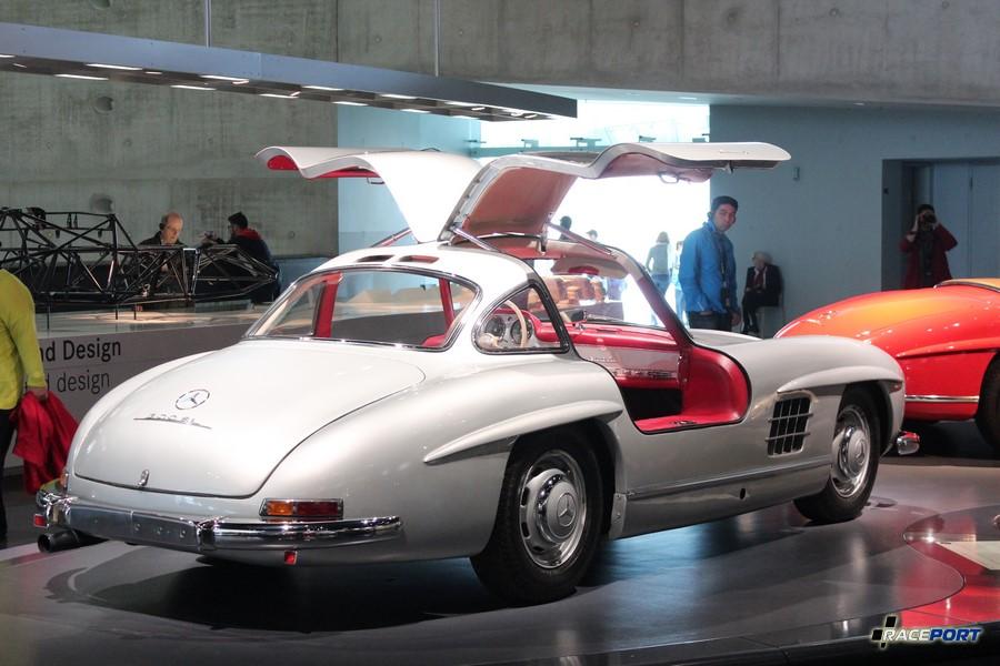 Крыло чайки 1955 MB 300 SL Coupe. 6 цил. 2996 куб см. 215 л.с. 5800 об/мин. Макс. скорость 250 км/ч В период с 1954 по 1957 года выпущено 1400 экземпляров.