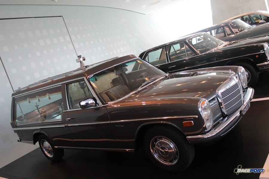 Мерседес одни из первых поняли, что уходить нужно тоже красиво. :) 1975 год Мерседес-Бенц 200 D Bestattungswagen или просто катафалк.