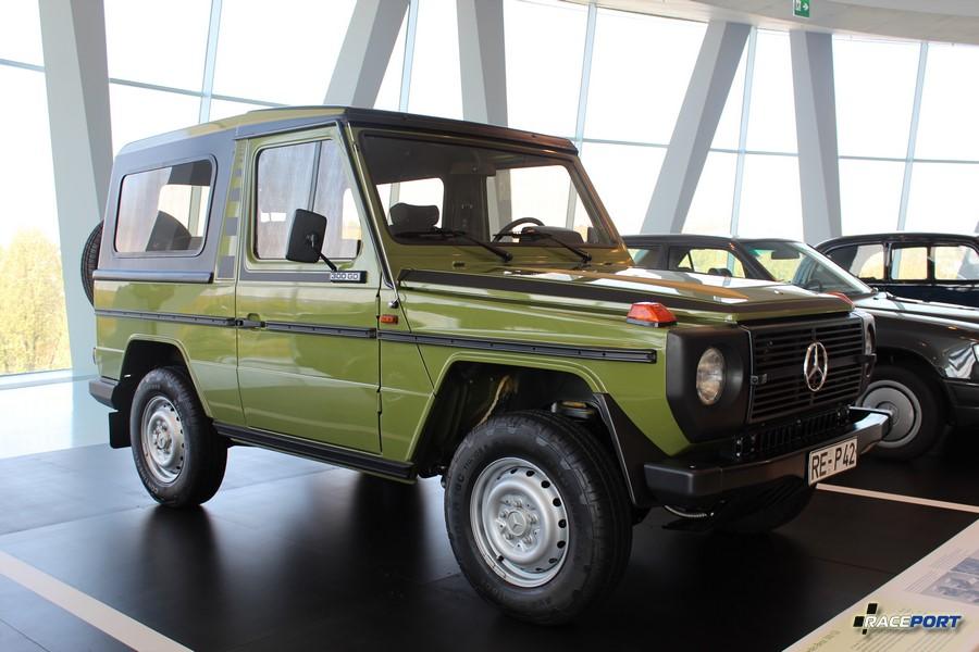 1982 MB 300 GD. Машина выпускалась с 1979 по 1991 года за это время было выпущено 20415 экземпляров. 5 цил. двигатель объемом 2998 куб см 88 л.с. при 4400 об/мин. Максимальная скорость 130 км/ч