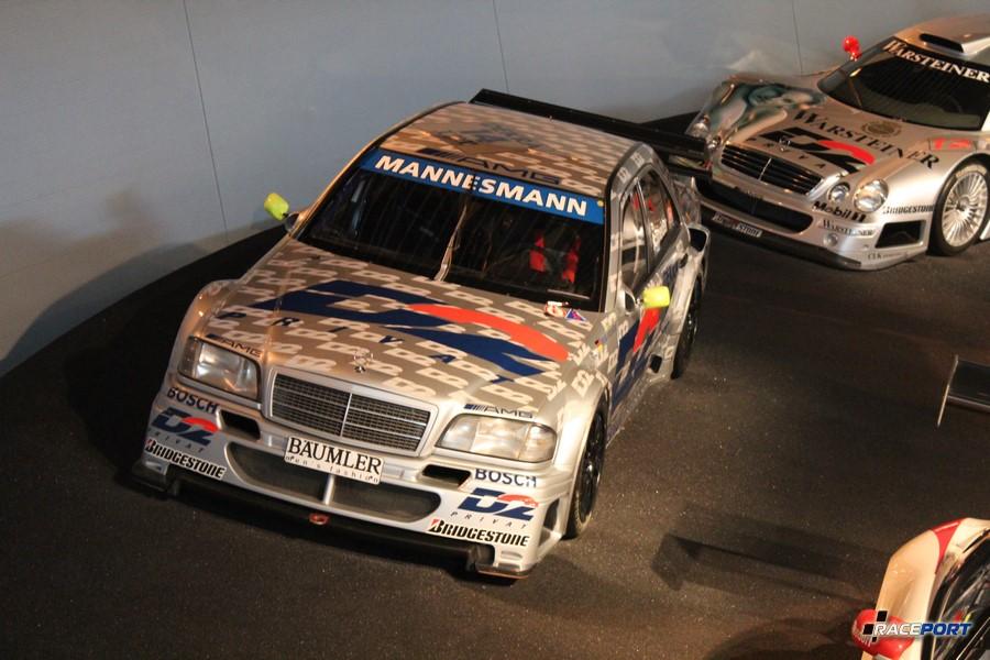 Слева 1995 AMG Mercedes C Klasse DTM Tourenwagen. V6 2499 куб см, 440 л. с. при 11500 об/мин, максимальная скорость 300 км/ч