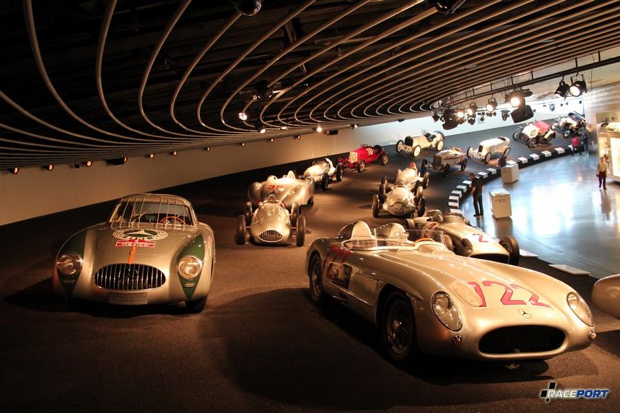 Номер 722 справа. MB Rennsportwagen 300 SLR 1955. 8 цил. 2982 куб см, 302 л. с. при 7500 об/мин, максимальная скорость 300 км/ч