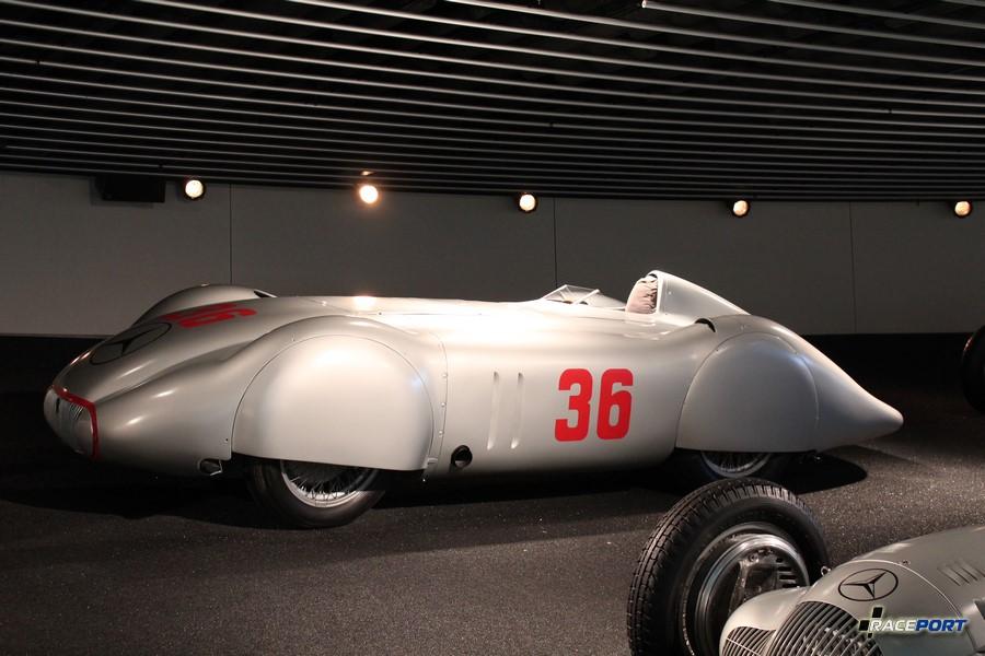 """1937 Mercedes Benz Stromlinienrennwagen W 25 """"Avus"""". V12 5577 куб см, 570 л. с. при 5800 об/мин, максимальная скорость 370 км/ч"""