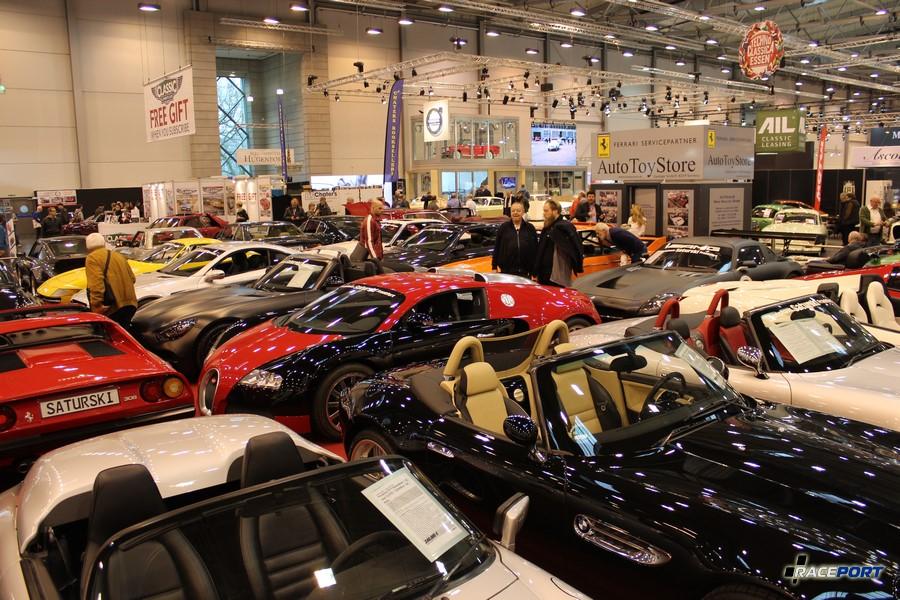 Пара BMW Z8 и Bugatti Veyron на заднем плане