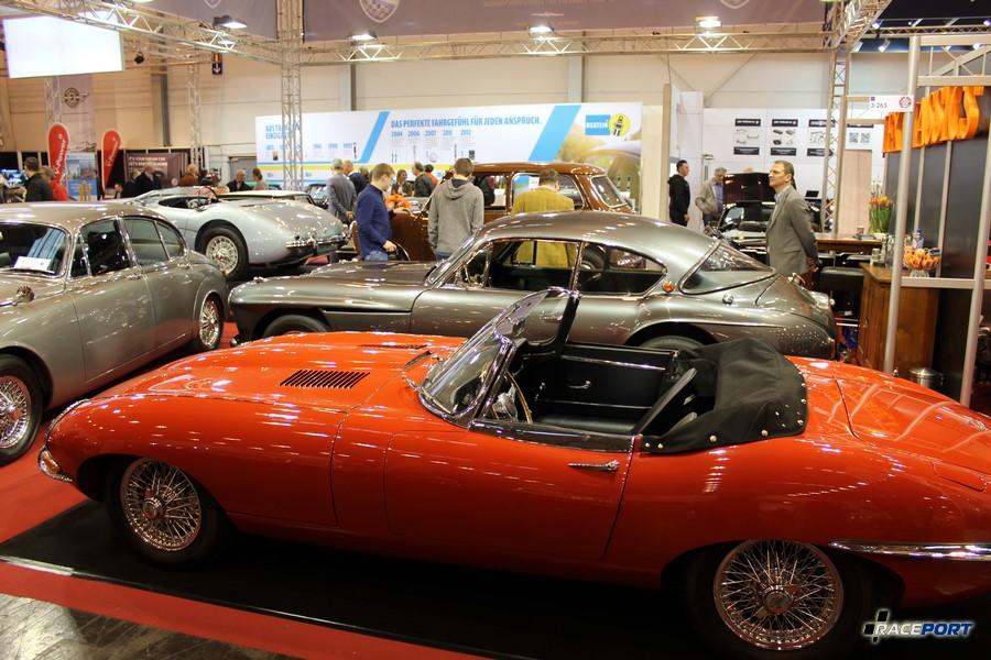 На переднем плане Jaguar E Type, на заднем Jensen 541 1957 г. в. 4.0 л, 136 л. с., 9120 миль, 74 500 Euro