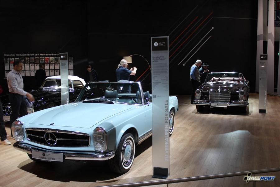 "На переднем плане Mercedes-Benz 280 SL ""Pagode"" (W113)"