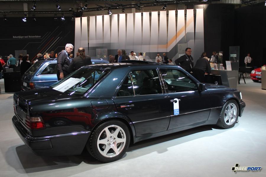 Mercedes-Benz E500 Limited Edition (W124) 1994 г. в. аналогичный сейчас проходит капитальный ремонт в нашей компании, всего LE на выставке встретил 4 экземпляра из 500 выпущенных. Все имели серые вставки на сидениях. Стоимость версии в модельных годах 145 590 - 154 900 DM