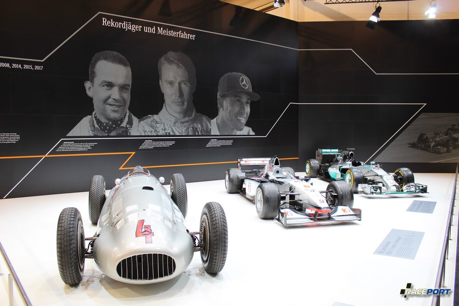 Слева на право: Mercedes-Benz W154 3х литровая формула 1938-1939 годов 468 л.с. правее McLaren Mercedes-Benz MP4-13 1998 г. в. Formula-1; 3 литра, V10, 780 л.с. и последняя Mercedes-Benz AMG Petronas F1 W05 Hybrid 2014 г. в. 1,6 литра, V6