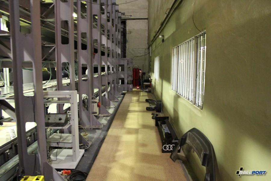 Тот самый прохладный коридорчик из которого нас очень быстро сдуло. ))) Тут кстати мы хранили инструмент и испытуемые элементы.