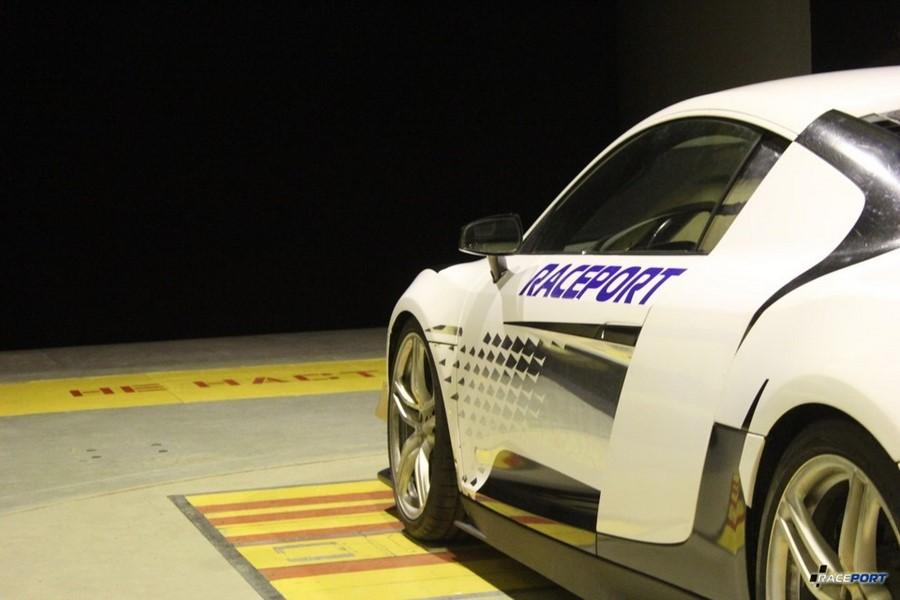 Автомобиль готов к испытаниям на цифры и бесстрашно смотрит в темную бездну.