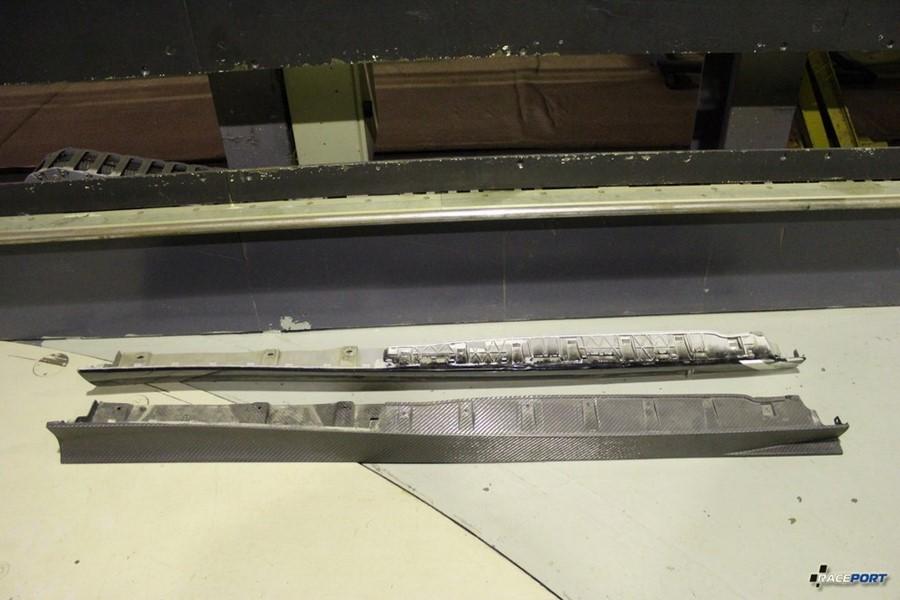 Аэродинамические пороги - вверху оригинальные, внизу из карбона производства Рейспорт