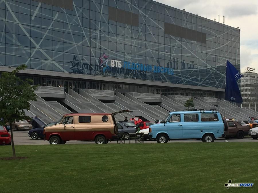 Два симпатичных автобуса, голубой в очень приличном состоянии