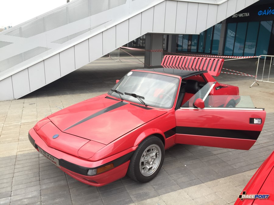 Редкий двух дверный автомобиль Fiat X1/9 с центральным расположением двигателя